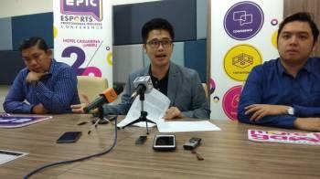 Howard Lee (tengah)  ketika sidang media di Bangunan Perak Darul Ridzuan.