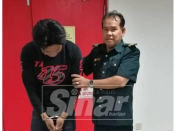 Tertuduh, Foo Che Chean, 40, dikenakan denda RM12,000 oleh Mahkamah Sesyen Kuala Terengganu hari ini kerana menebang pokok dalam hutan tanpa lesen.