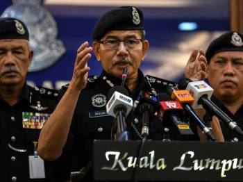 Ketua Polis Kuala Lumpur Datuk Seri Mazlan Lazim (tengah) ketika sidang media kegiatan judi dalam talian di Ibu Pejabat Kontinjen Polis Kuala Lumpur hari ini. Foto: Bernama