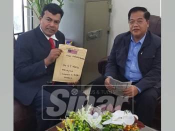 Mustapha dan Okhna bergambar bersama 47 tahanan Malaysia di Kemboja yang berjaya dibebaskan.