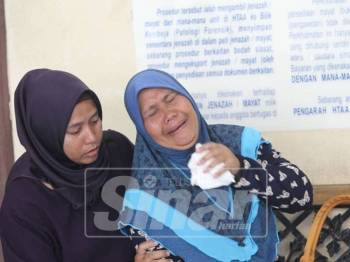 Solihah ditenteramkan ahli keluarga selepas gagal menahan kesedihan ketika menunggu untuk membawa pulang jenazah anaknya.