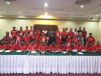 Roslan (hadapan, lima kanan) mengetuai lebih 30 ahli akar umbi Bersatu Bahagian Bukit Gantang mengadakan sidang media membidas tindakan Shaharuddin dan beberapa pemimpin Bahagian Bersatu di Perak mendesak Ahmad Faizal letak jawatan parti, hari ini.