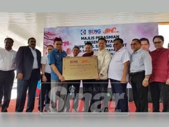 Saifuddin(berbaju biru) menyerahkan  plak tandatangan perasmian Stesen Minyak BHPetrol Sepang Lukut