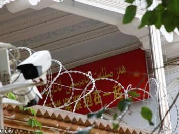Kamera keselamatan dipasang di pintu masuk masjid di Kashgar, Xinjiang.