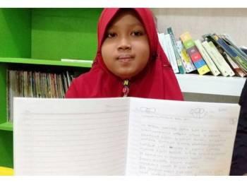 Nurul menunjukkan surat untuk diberikan kepada isteri bekas Presiden Indonesia, Ani Yudhoyono. - Kompas