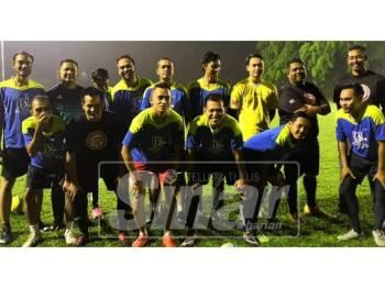 Allahyarham (bawah, kiri) ketika beraksi dengan Sinar Harian FC