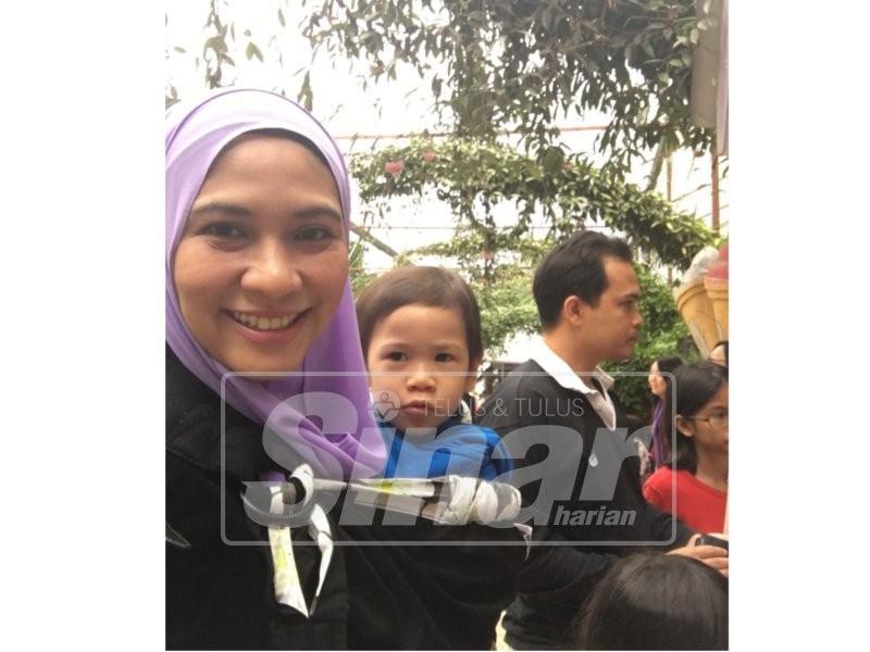 Dr Nurasyikin bersama anaknya yang juga menghidap kanser, Johan Aiman.