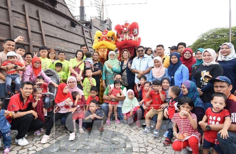 Fadhila (tengah, baju kurung hijau) bersama kanak-kanak istimewa dan ibu bapa mereka yang diraikan.