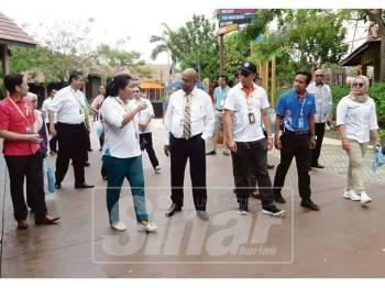Ramakrishnan (empat, kanan) ketika hadir lawatan industri Unit Strategik Modal Insan di Desaru Coast River Side, Persiaran Pantai, Desaru Coast, semalam.