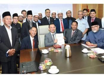 Maszlee bersama delegasi MPPIM diketuai oleh Pengerusi Sekretariat MAPPIM, Mohd Zai Mustafa, semalam.