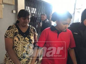 Pavithra (kanan) dan ibunya, Mahalakshmy dihadapkan ke Mahkamah Majistret Ipoh, hari ini atas tuduhan membuat laporan polis palsu.