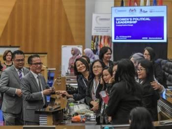 "Liew Vui Keong bersama mesra bersama peserta selepas memberi ucapan di persidangan Rantau Asia ""Kepimpinan Politik Wanita : Mewujudkan Perubahan Positif"" di bangunan Parlimen hari ini. - Foto Bernama"