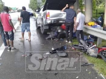 Sekumpulan penunggang motosikal yang berteduh di bawah jejantas dirempuh Toyota Hilux di Kamunting, semalam.