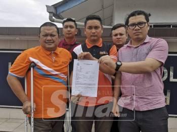 Pemuda Amanah diketuai Mohd Sany (kiri) dan Ahmad Shafiq (tengah) menunjukkan laporan polis menggesa tindakan segera diambil terhadap individu menghina Nabi Muhammad SAW, hari ini.