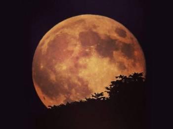 Fenomena Supermoon iaitu bulan penuh paling besar dan dekat dengan bumi bermula jam 11.53 malam ini.