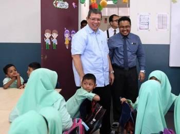 Menteri Luar Datuk Saifuddin Abdullah (berdiri kiri) mengadakan lawatan di Pusat Pendidikan Rohingya Klang hari ini. - Foto Bernama
