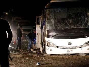 Keadaan bas yang mengalami kerosakan teruk akibat terkena letupan bom di sebuah kawasan yang tidak jauh dari tapak sejarah Piramid Giza. - Reuters