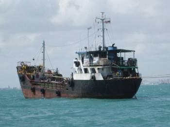 Kesemua tertuduh telah ditahan berada dalam sebuah kapal tangki di kedudukan lebih kurang 2.5 batu nautika Tenggara Tanjung Ayam oleh bot ronda Maritim Malaysia