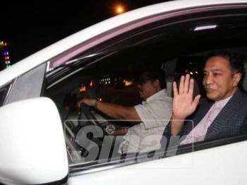 Husam melambai kepada media ketika tiba di SPRM tadi.