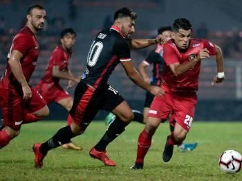 Pemain UKM FC, Milad Zanidpour Mansour (kanan) bersaing dengan pemain Kelantan, Zazai Mustafa (dua, kanan) pada perlawanan Liga Premier Malaysia 2019 di Stadium Bolasepak Kuala Lumpur.