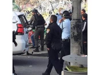 Tentera Israel mengasari penduduk Palestin di luar sebuah masjid di Issawiya, kelmarin.