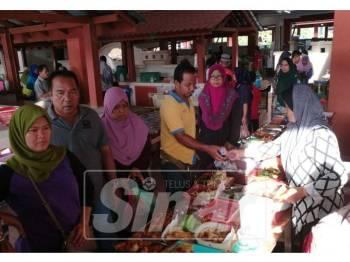 Pasar Binjai Rendah sesak dengan pengunjung di waktu pagi dan dijangka lebih meriah selepas pembukaan pasar malam.