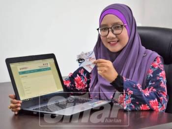 Kakitangan MyCeupacsCare, Nur Farahain Mohamad Anib menunjukkan laman permohonan menerusi online.