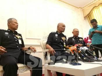 Noor Rashid (tengah) dalam sidang media selepas Istiadat Penganugerahan Pingat Jasa Pahlawan (PJPN) Kontinjen Selangor, di Ibu Pejabat Polis Kontinjen Selangor.