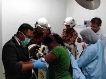 Rawatan awal diberikan sebelum mangsa dibawa ke hospital.