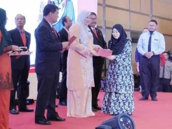 Pekerja cemerlang menerima anugerah yang disampaikan Rina.