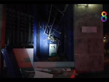 Cubaan dua lelaki melarikan sejumlah wang dengan cara meletupkan mesin ATM di sebuah bank daerah Khlung pagi tadi, gagal apabila peti simpanan wang itu tidak terbuka.