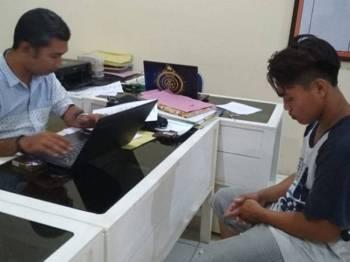 Suspek dikenali sebagai Halim (kanan) ditahan polis kerana memperkosa jirannya yang merupakan seorang gadis lembam.