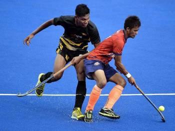 Pemain UNIKL Muhamad Hafiz Zainol (kanan) diasak pemain Maybank Muhammad Sulaiman Abdul Razak (kiri) pada perlawanan TNB Liga Hoki Malaysia 2019 di Stadium Tengku Abdullah hari ini. - Foto Bernama
