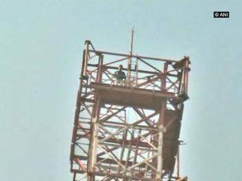 Lelaki berkenaan memanjat menara telekomunikasi di Budwel.