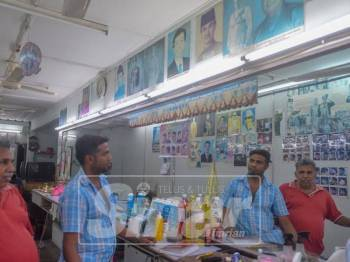 Pengurus Kedai Gunting Rambut, N Anparasa bersama T Rajendran tidak bosan melihat gambar-gambar pemimpin-pemimpin yang dikumpul N Anparasa di Kedai Gunting Rambut Pekan Semenyih. Foto Sinar Harian: SHARIFUDIN ABDUL RAHIM