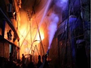Sekurang-kurangnya 60 maut dalam kebakaran bangunan di Chawkbazar, Dhaka.- Foto Reuters