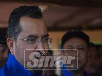 Asyraf Wajdi ditemui selepas melawat penduduk di Kampung Sesapan Batu Minangkabau. - Foto Sinar Harian SHARIFUDIN ABDUL RAHIM