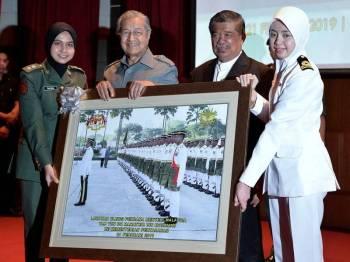 Perdana Menteri, Tun Dr Mahathir Mohamad menerima cenderahati daripada Menteri Pertahanan, Mohamad Sabu ketika lawatan rasmi beliau ke Kementerian Pertahanan di Wisma Pertahanan, hari ini. Foto: Bernama
