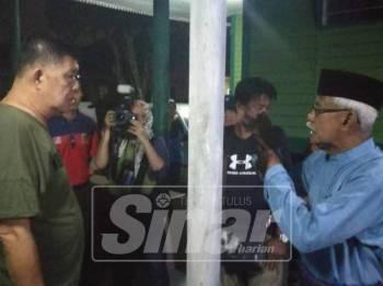 Chee Heng bersama rombongannya berkunjung ke rumah Raja Mohd Yusof ketika kempen RK DUN Semneyih.