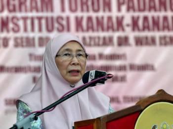 Timbalan Perdana Menteri Datuk Seri Dr Wan Azizah Wan Ismail berucap pada program turun padang ke institusi kanak-kanak di Sekolah Tunas Bakti (Perempuan) Marang hari ini. Foto: Bernama