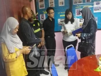 May Ing (dua, kanan) mengadakan perbincangan dengan pegawai JKM Taiping dan wakil pengurusan Rumah Kanak-kanak Taiping, hari ini.