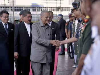 Perdana Menteri, Tun Dr Mahathir Mohamad bersalaman dengan sebahagian pegawai kanan Angkatan Tentera Malaysia (ATM) ketika mengakhiri lawatan rasmi beliau ke Kementerian Pertahanan di Wisma Pertahanan, hari ini. - Foto Bernama