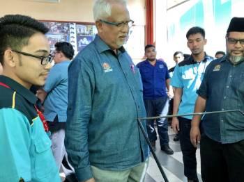 Mahfuz (dua, kiri) melihat hasil ciptaan pelajar ILP sempena lawatan kerjanya di ILP Kota Bharu, hari ini.