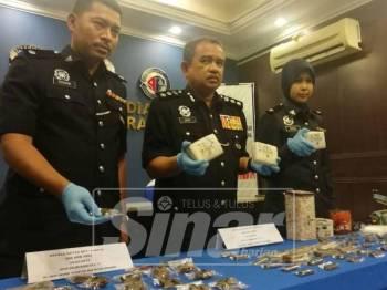 Noorzainy menunjukkan antara dadah yang dirampas dalam tangkapan kedua suspek.