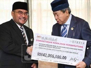 Sultan Sharafuddin (kanan) berkenan menerima sumbangan yang disampaikan Mujahid di Istana Bukit Kayangan.