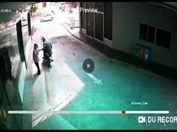 Rakaman CCTV merakamkan kejadian mangsa seorang anggota polis diragut.
