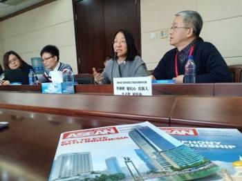 Jun (dua, kanan) memberikan penerangan mengenai penerbitan edisi khas China Report Asean dalam bahasa Melayu kepada delegasi media.