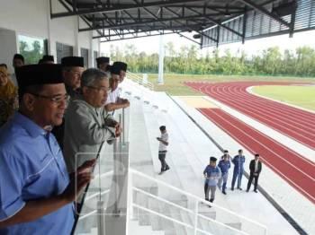 Al Sultan Abdullah (dua, kiri) meninjau Projek Pekan Sentral menerusi Wilayah Ekonomi Pantai Timur (ECER), hari ini.
