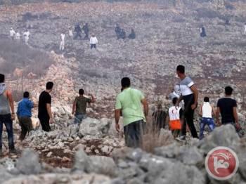 Penduduk tempatan menghalau sekumpulan pendatang Yahudi dari penempatan haram Yitzhar.
