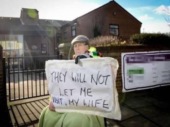 Daniels protes di luar rumah kebajikan gara-gara tidak dibenarkan bertemu isterinya. - Mirror